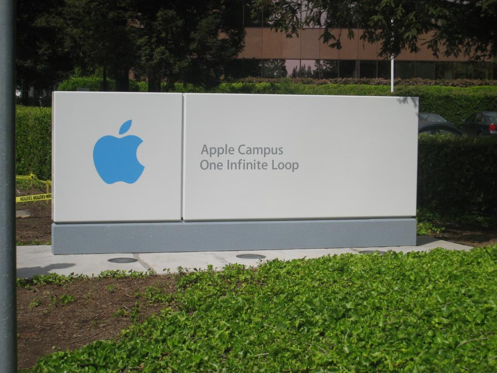 Apple to Unite Internet Teams to Spur Faster Cloud and Services Growth