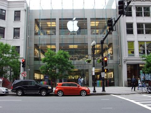 """Icahn Disclosed A """"Large Position"""" In Apple"""
