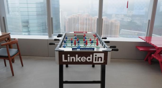 Analysts Hesitant After LinkedIn's Conservative Guidance; Shares Plummet More Than 42%